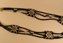 Kettingen / Ik ontwerp en maak  unieke sieraden, deze zijn gemaakt van nieuwe, maar soms ook antieke kralen of ornamenten.    De combinatie van oud en nieuw maken deze kettingen juist uniek.