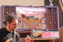 """Zarándula """"El Secreto"""" / Espectáculo de narración, ilustración y música.  Con Carles García Domingo a la narración, Tamara Mendaza ilustrando y Pako González (Tündra) a la guitarra y a los pedales. Hemos contado con la ayuda creativa de Joxemari Carrere, Michèlle Nguyen, Izaskun Fernández y Julián Sáez López-Santamaria de la Compañía El Patio.  Creado para La Rioja Capital que nos dá excusas para crear cosas bonitas."""