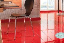 Elesgo magasfényű, matt padló / A felület akril gyantából készül. Ez minimalizálja a kockázatát a felület káros anyag kibocsátásának.Az padlók antisztatikus minőségi bizonyítvánnyal rendelkeznek. Az akril felület nem töri meg az alatta lévő képet és a dekor kristály tisztán látható.