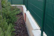 Montáž panelového plotu na okrúhle stĺpiky / Najlacnejší spôsob montáže panelového plotu je na okrúhle stĺpiky, s plastovými objímkami, ako je to v tomto prípade.