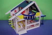 Poppenhuis / Dit houten poppenhuis wordt geleverd inclusief stevige houten meubeltjes, waaronder een woonkamer, eetkamer / keuken, slaapkamer en badkamer. Er kan dus gelijk mee gespeeld worden ! Het poppenhuis heeft een mooie wenteltrap aan de buitenzijde, waarmee de tweede verdieping bereikt kan worden. Op deze verdieping bevindt zich een groot balkon, een mooi dakkapel en een luifel wat echt op en neer kan! De afmetingen zijn: ca. l 26 x b 35 x h 39 cm Leuk kado voor de kerstdagen !