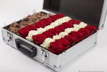 Подарки. Живые цветы в коробках. / Живые цветы в коробках с подарками. Пирожные макаруны. Шоколад chocoMe.  Заказ онлайн. Доставка Москва, Санкт-Петербург.