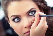 Eyeliner Kullanım Önerileri / Eyeliner şüphesiz makyajda vazgeçemediğimiz, biraz da uzmanlık isteyen bir malzemedir. Kullanım önerilerimiz tam da bu noktada çok işinize yarayacak.