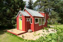 Tiny House: Minimalistisch wohnen im Minihaus / Könnten Sie sich vorstellen, ihren Hausstand so zu reduzieren, dass Sie auf nur 18 qm leben? Die Tiny House Bewegung aus den USA ist inzwischen auch in Deutschland angekommen. Immer mehr begeistern sich auch hierzulande für ein kleines Haus auf Rädern und überlegen ein Tiny House zu kaufen oder gar zu bauen.