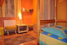 Apartamenty Kraków-pokój żólty / Pokój Żółty jest niewielkim, cichym i przytulnym pomieszczeniem , w którym znajdują się dwa pojedyncze lóżka piętrowe. Wychodzące na tylną stronę budynku okna zapewnią spokojny sen z dala od zgiełku. W pokoju goście mają do dyspozycji  TV LCD, telewizję satelitarną, internet bezprzewodowy, czajnik elektryczny, kubki, sztućce, a nawet herbatę i kawę