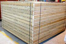Tarimas / Superficies de madera tratada. Ideales para cubrir superficies irregulares como arena o tierra y crear una base plana sobre la que asentar diferentes elementos (chiringuitos, aseos, quioscos, pérgolas,…)