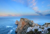 Asturias desde el mar / Asturias from the sea / El litoral de Asturias, conocido como Costa Verde, esta integrado por 20 concejos costeros a lo largo de más de 300 km, marcado por más de 200 playas, calas, pedreros y acantilados.   The coast of Asturias, known as the Greeen Coast, includes 20 coastal town along a stretch of more than 300km, marked by more than 200 beaches, coves, stone quarries and cliffs.