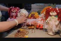 vídeos de cómo poner pelo rizado a las muñecas