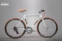 Biciclette Trekking Bikes / Apprezzare al meglio la natura che ti circonda, grazie alla forcella ammortizzata e ai copertoni 700x42 vai dove vuoi. Tutti i cicli da noi realizzati e visualizzabili in questa pagina, rappresentano un cliente con caratteristiche fisiche diverse. Personalizziamo biciclette su misura per voi.