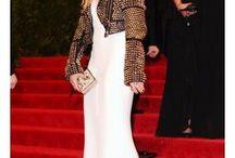 Jaqueta de couro com vestido de festa