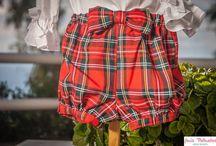 El clásico de los cuadros escoceses  / Conjunto formado por un pantalón bombacho en cuadros escocés, muy cómodo y práctico, acompañado de una blusa de batista blanca, con volantes, es propio para las niñas en esta época.