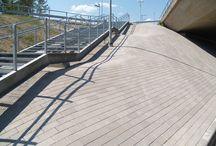 Kartanokivet / Kartano pavingstone / Kartanokiviin kuuluu monta erikokoista, mittasuhteiltaan toisiinsa sopivaa kivimallia, joiden eri väri- ja pintakäsittelyvaihtoehdot tarjoavat suunnittelijalle lähes rajattomat mahdollisuudet erilaisiin yhdistelmiin. Kartanokivet ovat neliön tai suorakaiteen mallisia, 60 mm tai 80 mm paksuja betonikiviä ja valittavana olevat pintakäsittelyvaihtoehdot ovat sileä (S), hiekkapuhallettu (HP) ja hienopesty (HN). Kartanokivisarjaan on saatavissa valokivi-valaisin, joka voidaan upottaa kiveykseen.