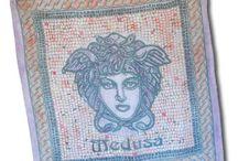 Medúza / Luxusné ručne maľované hodvábne šatky MEDUSA. Na šatkách sa nachádza umelecká maľba starogréckej mytologickej bytosti Medúzy. Medúza bola jediná smrteľná z trojice Gorgón (medúz), obludných dcér boha Forkysa a jeho manželky Kéty. Bola nadmerne škaredá, rovnako ako jej sestry Stheinó (Sthenoa) a Euryale ale nie od narodenia. Pretože sa nechala zviesť Poseidónom v Aténinom chráme, premenila ju bohyňa na obludu s blýskavými očami, obrovskými zubmi, mosadznými drápmi a hadmi namiesto vlasov.