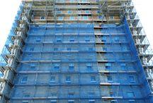 """Zespół mieszkaniowy """"Cztery Oceany"""" w Gdańsku / W Gdańsku, w dzielnicy Przymorze Wielkie powstaje zespół czterech 17-kondygnacyjnych budynków mieszkalnych """"Cztery Oceany"""". Powierzchnia użytkowa obiektów wyniesie 33 000 m2. Budowa kompleksu rozpoczęła się wiosną 2010 r. a jej zakończenie planowane jest na 4. kwartał 2018 r. Nasza firma dostarcza na tę budowę blisko 10 000 m2 rusztowania przeznaczonego do prac elewacyjnych."""