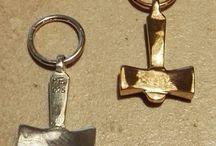 Thors hammer / Langt de fleste af vores forskellige udgaver af Thors Hammer i Sølv og Bronze, er kopi fra fund.