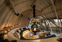 """Nicholas Plewman Architects / Sandibe Okavango Safari Lodge / nowoczesna STODOŁA / W samym środku Delty Okawango w Botswanie, w otoczeniu palm, drzew figowych i afrykańskiej głuszy, stoi luksusowa, choć ekologiczna chata o nazwie """"Sandibe Okavango Safari Lodge""""."""