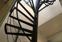 Escalier Helix / Helix Stairs / . escalier : colimaçon, hélicoïdal rond . structure : pivot central rond en inox ou en acier laqué + marches baquets en acier ou inox pour réception remplissage (verre, bois, pierre, carrelage…) . marches : remplissage verre / bois (chêne, hêtre, ou autre sur demande) / inox / acier laqué / autre matière sur demande . garde-corps : inox / acier laqué