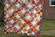 Kinderjurkjes / Deze quilt is het resultaat, gemaakt van de kinderjurkjes van mijn dochters, die ik voor hun genaaid heb.