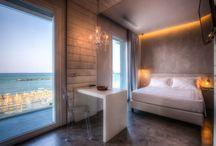 http://www.bellsuitehotel.com/ / Industrial Suite Vista mare con balcone E' la camera dei vostri sogni più azzurri. Come in una fantasia di Mirò, la luce e i riflessi del mare coloreranno i momenti di relax che passerete in questo spazio aperto sull'Adriatico. Non solo sarete accarezzati dalla brezza della Riviera, ma potrete disporre di ottime comodità: la TV led 32'' e accesso gratuito al WIFI.  In Offerta a $99