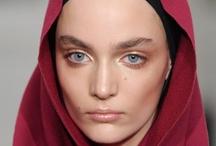 Makeup / Smink till visningen. väldigt fresh faced, mycket highlighting och naturlig contouring. - Dewy - Highlighted - Fresh/Natural - Markerade bryn (naturligt ifyllda/markerade) - Inte alls mycket fokus på ögonsminkning, minimal mascara. - nude lip