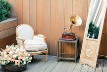 Spring vintage wedding / В оформлении свадьбы использовались тюльпаны, которые ниспадали с потолков, лились изящным водопадом из граммофонов, прорастали с пола и создавали живую весеннюю атмосферу.