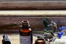 AS.Apothecary / AS.Apothecary est la marque de Cosmétique green du moment. Découvrez les eaux aromatiques,  crèmes visage, poudres minérales et beurres corporels fabriqués dans une distillerie du South Downs   National Park au Nord de l'Angleterre.   Les principes actifs de ces Cosmétiques Bio agissent en profondeur sans irriter la peau, les odeurs   sont envoûtantes et les textures parfaites.