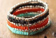 Bracelets colorés / On adopte la tendance bohème jusqu'au bout des poignets en accumulant les bracelets.