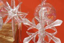 Une belle table pour les fêtes / Les fêtes de Pâques et les communions, chaque évènement à ses symboles . Pour que Noël soit joyeux, usez des rouges et verts, couleurs traditionnelles. Il est vrai que ces tons semarient bien avec les aiguilles du sapin.