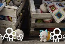 Warum?... / Warum nos refresca la idea de la amistad eterna, a cada momento y en cada lugar. Sus artículos, principalmente tejidos al crochet, con la técnica Amigurumi, cobran forma en mágicos y entrañables muñecos para los más pequeños, junto con un toque de elegancia, sofisticación y originalidad para el hogar.