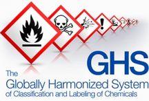 Che cosa è GHS? / Il Sistema mondiale armonizzato di classificazione ed etichettatura delle sostanze chimiche o GHS è un sistema concordato a livello internazionale creato dalle Nazioni Unite.  GHS impone ai fabbricanti, importatori, utilizzatori a valle e distributori di sostanze chimiche e miscele di adottare lo standard dall' 1 giugno 2015.  GHS è impostato per unificare la comunicazione di prodotti pericolosi e sostituire regolamenti esistenti specifici del paese.