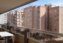 Cerramiento de un balcón en Alicante / Una vez más, realizamos un cierre de balcón con cortinas de cristal sin perfiles de vidrio templado, con un grosor de 10 mm en la ciudad de Alicante.  Desde entonces, nuestros clientes tienen más luminosidad en su balcón, gracias al cerramiento.