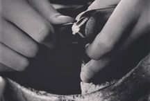 Waskoll, Artisanat et Tradition Joaillière d'Excellence / Bienvenue dans les coulisses de nos ateliers ! De la sélection de nos pierres précieuses à la réalisation de chaque pièce, toutes nos créations joaillières font écho à notre passion et au savoir-faire traditionnel et ancestral de la Maison Waskoll. ~ Welcome to our workshop! The stunning beauty and delicacy of each piece of Waskoll jewelry is the result of our uncompromising passion for artisanship.