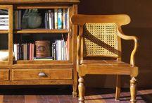 Klasické kreslá s elegantnou drevenou konštrukciou / Pohodlné kreslá, anatomických tvarov a veľmi štýlové