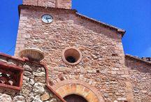 Església de la Nativitat de Santa Maria de Pratdip / L'església de la Nativitat de Santa Maria ha estat molt modificada al llarg de la seva història, sent originàriament una construcció romànica bastida a mitjans del segle XII, però acabant amb elements gòtics.  De la seva estructura romànica original només conserva l'absis semicircular de grans dimensions.
