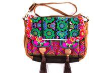Bright Bogo Bags / Oferujemy między innymi torby inspirowane tradycyjnymi wyrobami społeczności Miao – jednej z azjatyckich mniejszości narodowych. Ich wygląd to połączenie bajecznie kolorowych i eleganckich haftów Hmong z nowoczesnym designem.