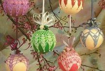 Новогодние шары, обвязанные крючком
