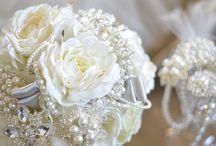 ブローチブーケ - Brooch Bouquet - / フィーノの優しいお花と豪華なジュエリーが、上手にコラボレーションしたブローチブーケ
