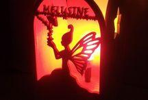 Lampes décoratives pour enfants en bois / Toute nos lampes en bois décoratives pour enfants dans divers thème.Des lampes personnalisables qui finaliseront la décoration de la chambre de votre enfant ,bébé tout en apportant une lumière douce et tamisée.