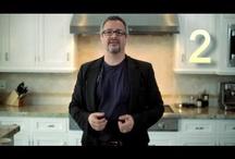 Vidéos / Rénover sa cuisine et ses armoires c'est excitant mais... par où commencer ? Armoires de cuisine de style contemporain, classique, moderne, rustique ou champêtre ? Bas d'armoires en coin, tiroirs ou rangement coulissants ? Armoires suspendues à 6 ou à 12 pouces du plafond ? Parcourez nos capsules-conseils vidéo où nous traitons des dernières tendances, comptoirs, îlots, styles, finitions, etc.