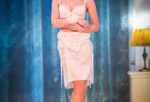 Foto z přehlídky 2016 / Fotogalerie z přehlídky s názvem Barvy s vůní Le Chaton 2016, která se konala ve Slovanském domě. Modelky předvedly prádlové kolekce na nadcházející sezónu, nechyběly ani plavky s doplňky, korzety a autorské modely Ivety Řádkové.