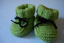 Grüne Babyschuhe stricken