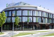 Zenit Jardines de Uleta, Vitoria / Jardines de Uleta suites, los servicios de un hotel con la comodidad de un auténtico hogar. Ubicado en un entorno privilegiado y con excelentes comunicaciones, cada habitación está equipada como una casa para aportarle el mayor confort, tanto en alojamientos cortos como en estancias prolongadas.  C/ Uleta, 1 01007 Vitoria-Gasteiz, España Teléfono: +34 945 133 131 reservasjardinesdeuleta@zenithoteles.com http://jardinesdeuleta.zenithoteles.com/