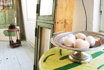 Antikviteter / Albertsgården väljer ut vackra möbler, lampor med mera som vi tycker har en härlig stil. Vissa ting kräver lite kärlek, andra förmedlar vi bara vidare till dig med varm hand.