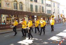 Carreto Ramado du 15 août à Sant-Roumié de Prouvènço / Chaque année, pour le 15 août, les saint-rémois célèbrent la récolte de fruits et légumes, traditions paysannes et religieuses se confondent. On garnie la charrette et on la fait défiler autour du boulevard. Les belles arlésiennes sont de sortie ...   #carretoramado #provence #iloveprovence #weloveprovence #saintremydeprovence #stremydeprovence #traditionprovencale #15aout