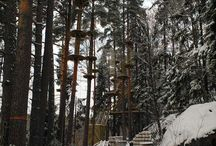 Alaratojen esteet valmistuvat / Huipussa on kahdenlaisia ratoja. Alaradat sijaitsevat kallion juurella. Ne on rakennettu puihin kolmeen kerrokseen. Korkeimmillaan seikkailija pääsee alaradoilla 18 metrin korkeuteen metsänpohjan yläpuolelle.