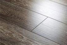 Δάπεδα Laminate / Τα δάπεδα laminate μπορούν να εφαρμοστούν σε οικιακούς αλλά και επαγγελματικούς χώρους, λόγω της μεγάλης ανθεκτικότητάς τους στη βαριά χρήση. Δεν κάνουν εύκολα σημάδια, αντέχουν στα χημικά καθαριστικά, τα αιχμηρά αντικείμενα και στο κάψιμο από τσιγάρα.