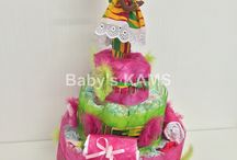 Gateau de couches Wax / diaper cake Wax / Pièce montée de couches à offrir lors d'une naissance, un baptême, un anniversaire, un baby shower ou juste pour le plaisir d'offrir. Couleurs et style idéal pour les amoureux du voyage et de la découverte.