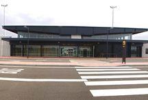Aeropuerto Huesca-Pirineos / El aeropuerto de Huesca-Pirineos está ubicado 10,5 km. al sureste de la ciudad de Huesca, entre los términos municipales de Alcalá del Obispo y Monflorite. Su emplazamiento resulta privilegiado para la comunicación con el Pirineo aragonés, referente obligado para los aficionados al esquí, ya que en él se encuentran algunas de las principales estaciones de España. http://www.aena.es/csee/Satellite/Aeropuerto-Huesca-Pirineos/es/Page/1047477802419//Presentacion.html