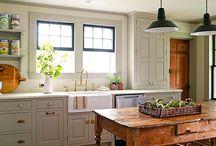 *Tradiční / ANTIK / Venkovský styl* / Dekorativní styl interiéru, který bývá také nazýván Anglický styl nebo Venkovský styl. Inspirován je tedy životem na venkově, blízkostí přírody, a využívá prvků řemeslné výroby. Používá se rustikální starožitný nábytek – příborník, kredenc, nebo dřevěné lavice. Využívá se tradičních materiálů – přírodní dřevo, surové zdivo, kámen, keramika, textil. Oblíbené jsou doplňky ve formě různých polštářků, starožitných obrazů, zrcadel, lamp s textilními stínidly.