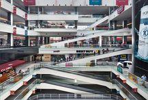 Town Center El Rosario / Es una plaza comercial ubicada en Azcapotzalco, al nororiente de la Ciudad de México. El proyecto, de 178,500 m2 de construcción, se levanta sobre el terreno que pertenecía a la Hacienda San Nicolás Careaga, del siglo xvii, zona conocida posteriormente como El Rosario.  El desarrollo consta, verticalmente, de tres niveles comerciales y tres sótanos. El mismo se estructura a partir de un espacio central o atrio, en el que se desarrollan los flujos de circulación más importantes.